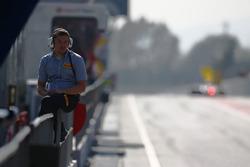Un employé Pirelli dans la ligne des stands