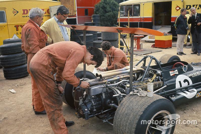 BRM mekanikerleri Jackie Oliver'ın P133'ü üzerinde çalışıyor, Tony Rudd gözlemliyor