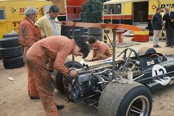 Механики BRM и Тони Радд с автомобилем P133 Джеки Оливера в паддоке