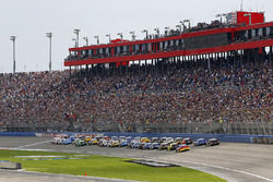 Start: Kyle Larson, Chip Ganassi Racing, Chevrolet; Denny Hamlin, Joe Gibbs Racing, Toyota
