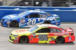 Dale Earnhardt Jr., Hendrick Motorsports Chevrolet and Matt Kenseth, Joe Gibbs Racing Toyota