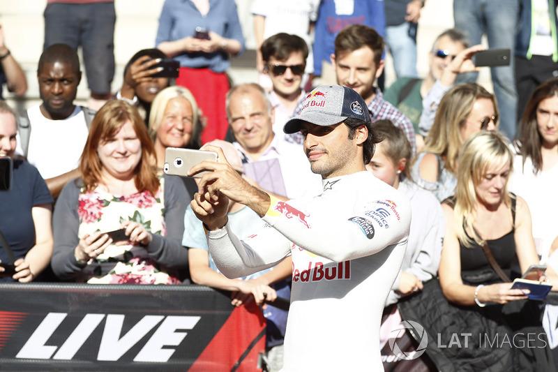 Carlos Sainz Jr., Scuderia Toro Rosso, toma una foto de los fans