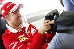 Sebastian Vettel, Ferrari, juega en un simulador
