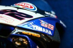 Vering op de motor van Alex Lowes, Pata Yamaha met een Nicky Hayden sticker