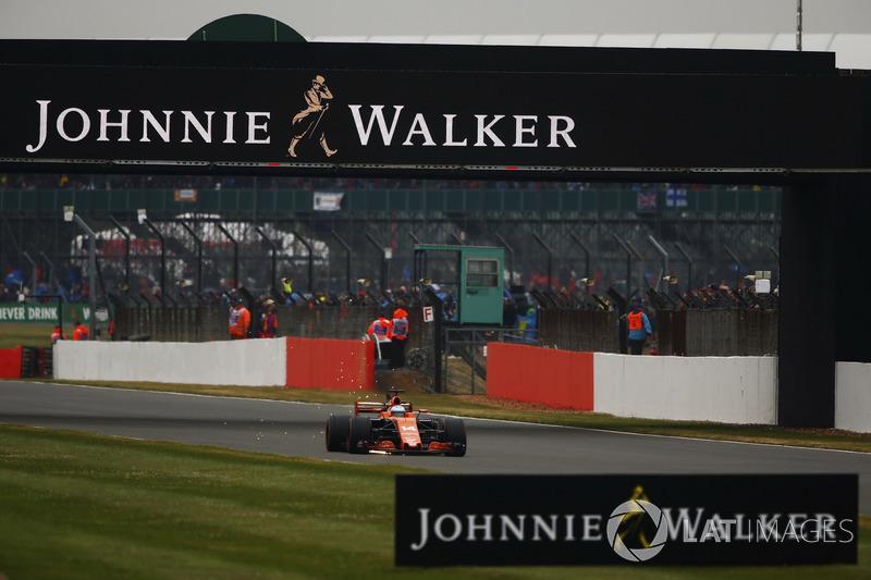Fernando Alonso, McLaren MCL32, sacando chispas