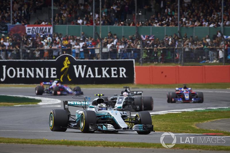 Valtteri Bottas, Mercedes AMG F1 W08, leadsRomain Grosjean, Haas F1 Team VF-17, Carlos Sainz Jr., Sc