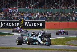Валттери Боттас, Mercedes AMG F1 W08, позади него Ромен Грожан, Haas F1 Team VF-17, Карлос Сайнс-мл.