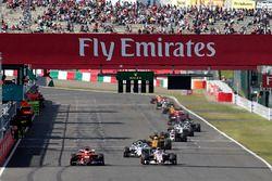 Romain Grosjean, Haas F1 Team VF-17 en Esteban Ocon, Sahara Force India VJM10 strijden om positie