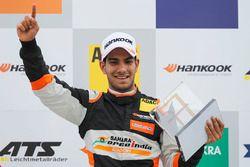 Podium: Race winner Jehan Daruvala, Carlin