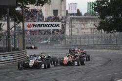 Джейк Хьюз, Hitech Grand Prix, Dallara F317 – Mercedes-Benz, и Максимилиан Гюнтер, Prema Powerteam Dallara F317 – Mercedes-Benz