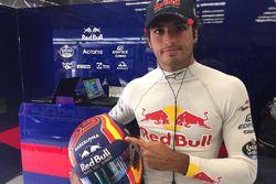 Гонщик Scuderia Toro Rosso Карлос Сайнс-мл. со шлемом в особом окрасе в память о жертвах теракта в Б