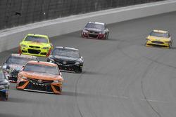 Даниэль Суарес, Joe Gibbs Racing Toyota, Рики Стенхаус-мл., Roush Fenway Racing Ford и Деррик Коуп,