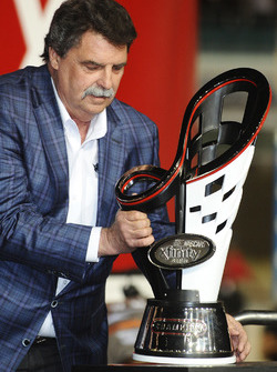 Presidente de NASCAR Mike Helton con el trofeo de Campeonato de la serie de Xfinity