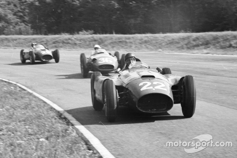 Juan Manuel Fangio, Lancia-Ferrari D50, delante de Stirling Moss, Maserati 250F y Peter Collins, Lancia-Ferrari D50