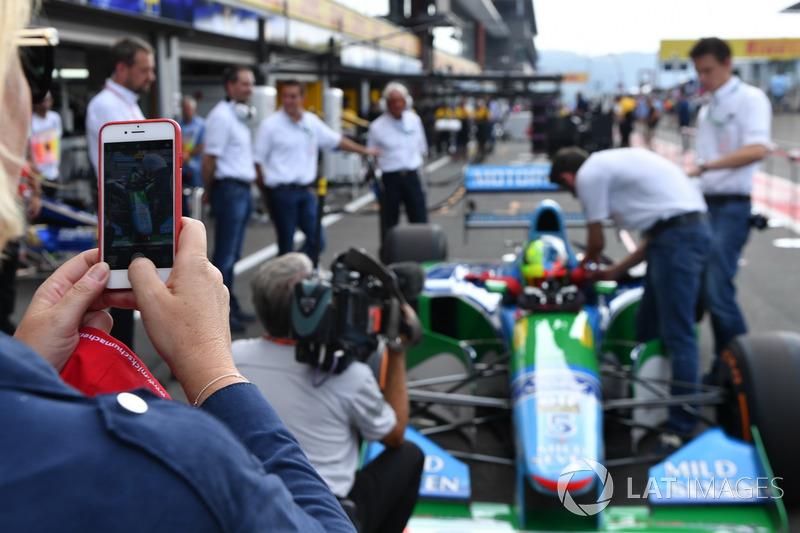 Sabine Kehm, scatta una foto a Mick Schumacher, Benetton B194