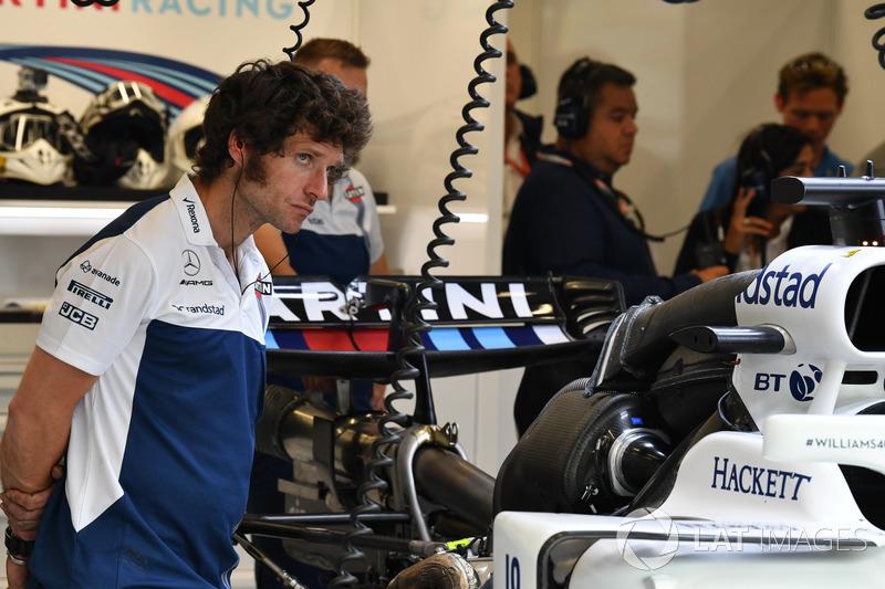 Гай Мартин смотрит на новое шасси Williams FW40 для Фелипе Массы