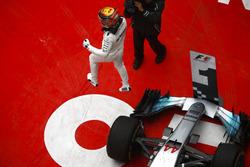 1. Lewis Hamilton, Mercedes AMG, pringt im Parc Ferme aus seinem Auto