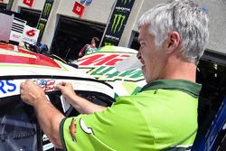 Un Hendrick Motorsports pone una etiqueta de Nicky Hayden en el coche de Kasey Kahne, Hendrick Motorsports Chevrolet