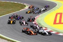 Felipe Massa, Williams FW40, Fernando Alonso, McLaren MCL32, Esteban Ocon, Sahara Force India F1 VJM10, Sergio Perez, Sahara Force India F1 VJM10 at the start