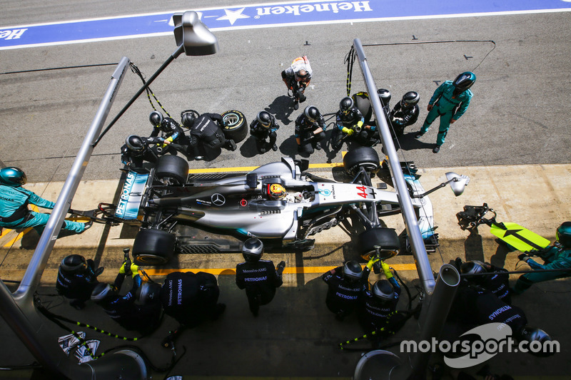 Lewis Hamilton, Mercedes AMG F1 W08, in the pits