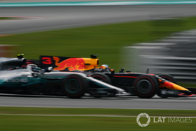 Daniel Ricciardo, Red Bull Racing RB13 ve Valtteri Bottas, Mercedes-Benz F1 W08