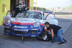 Meccanici al lavoro sulla Porsche 911 GT3 Cup di Livio Selva, Ebimotors