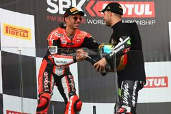 Podium : le vainqueur et Champion Jonathan Rea, Kawasaki Racing, et le deuxième Marco Melandri, Ducati Team