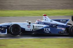 右リヤタイヤがパンクし、左フロントタイヤが浮いた中嶋大祐(TCS NAKAJIMA RACING)