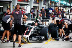 Ingeniero en la cabina del equipo de F1 Haas VF-17
