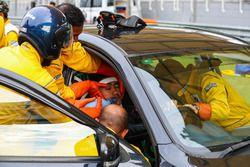 Tıbbi ekip pilot kurtarma çalışması yapıyor
