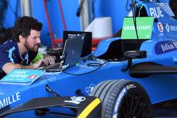 Механик Renault eDams за работой