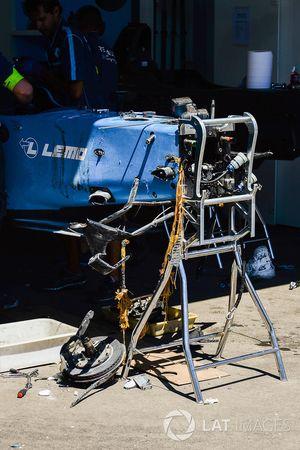 Les mécaniciens Renault e.dams travaillent sur la voiture endommagée de Sébastien Buemi