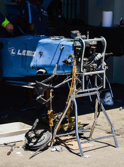 El equipo Renault eDAMS trabajan reparando el coche dañado de Sébastien Buemi, Renault e.Dams
