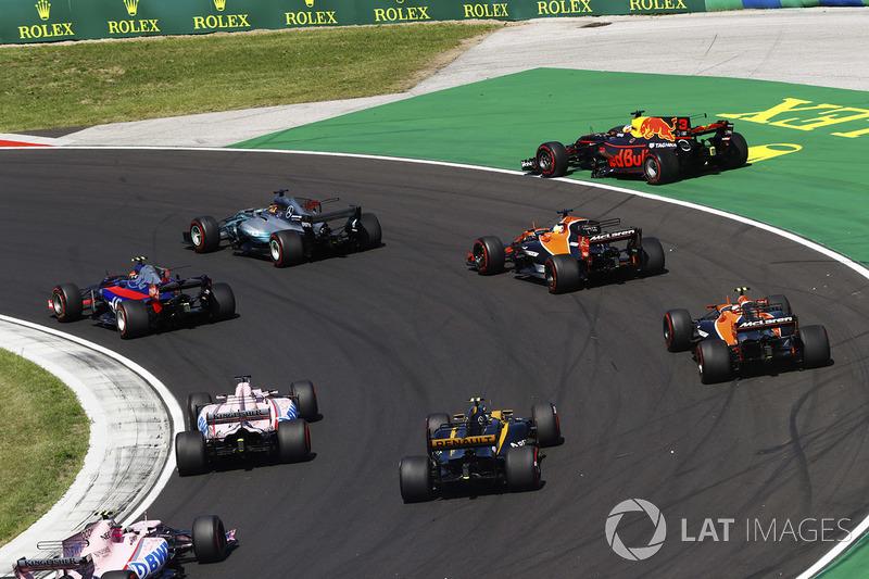 Daniel Ricciardo, Red Bull Racing, va largo, mentre Lewis Hamilton, Mercedes AMG F1 W08, Carlos Sainz Jr., Scuderia Toro Rosso STR12, Fernando Alonso, McLaren MCL32, Stoffel Vandoorne, McLaren, Jolyon Palmer, Renault Sport F1 Team, Sergio Perez, Sahara For