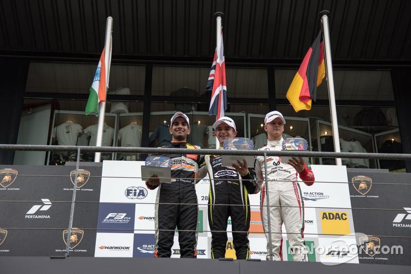 Rookie podium: eerste Lando Norris, Carlin Dallara F317 - Volkswagen, tweede Jehan Daruvala, Carlin,