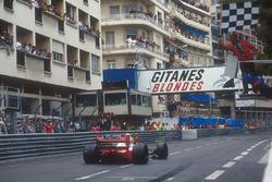 Ayrton Senna, McLaren MP4/7A remporte la course