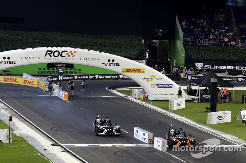 Una vuelta antes, Pascal Wehrlein y Felipe Massa en el Polaris Slingshot SLR