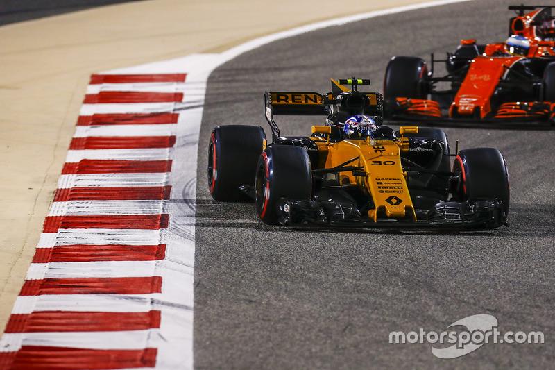 Jolyon Palmer, Renault Sport F1 Team RS17, Fernando Alonso, McLaren MCL32