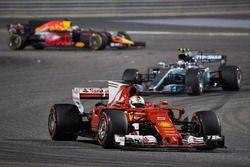 Sebastian Vettel, Ferrari SF70H, Valtteri Bottas, Mercedes F1 W08, Daniel Ricciardo, Red Bull Racing