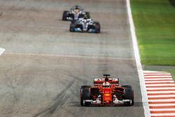 Sebastian Vettel, Ferrari SF70H; Valtteri Bottas, Mercedes F1 W08; Lewis Hamilton, Mercedes F1 W08