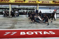 Valtteri Bottas, Mercedes AMG F1 W08, returns to the pits
