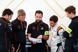 Jérôme d'Ambrosio, Dragon Racing, bei der Datananalyse mit seinem Team.