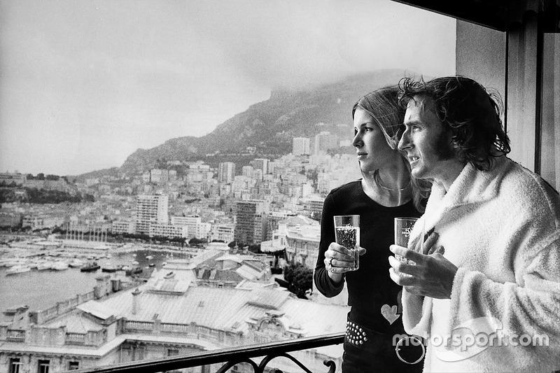 Jackie Stewart, fête sa victoire avec sa femme Helen