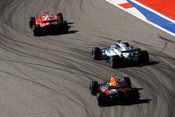 Kimi Raikkonen, Ferrari SF70H, Lewis Hamilton, Mercedes AMG F1 W08 y Max Verstappen, Red Bull Racing