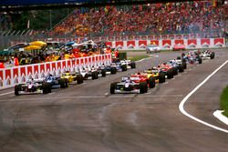 The grid forms for the start with Jacques Villeneuve, Williams FW19 Renault and Heinz-Harald Frentze