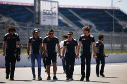 Carlos Sainz Jr., Scuderia Toro Rosso, camina por el circuito