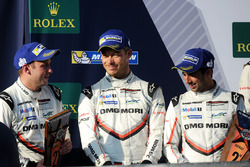 Podio: al secondo posto Neel Jani, Andre Lotterer, Nick Tandy, Porsche Team