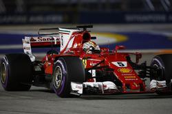 Le poleman Sebastian Vettel, Ferrari SF70H, fête sa pole en entrant dans le Parc Fermé
