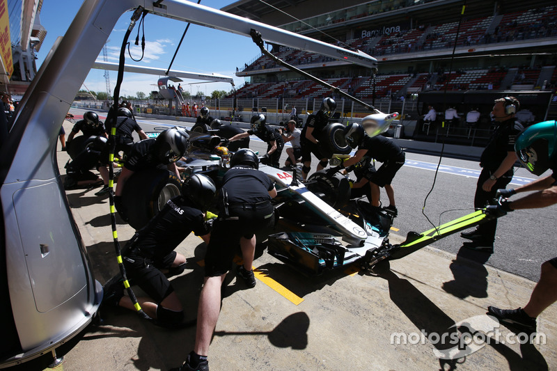 Mercedes engineers collect Lewis Hamilton, Mercedes AMG F1 W08, from the pit lane