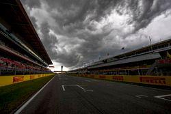 Le circuit sous un ciel nuageux
